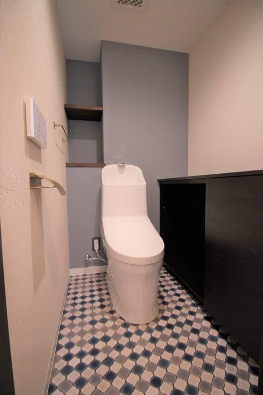 トイレのニッチスペースと床の柄でおしゃれリノベ|ウェディングリノベーション