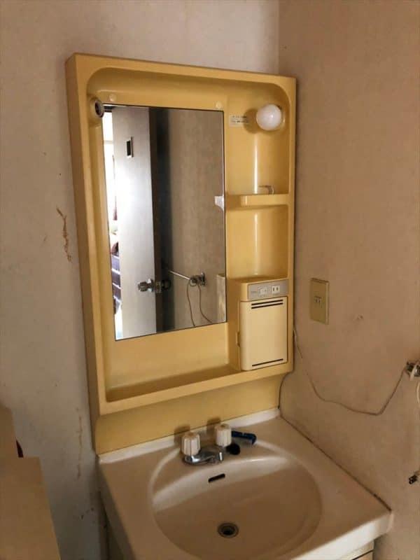 黄ばんだ既製品の洗面台 ウェディングリノベーション