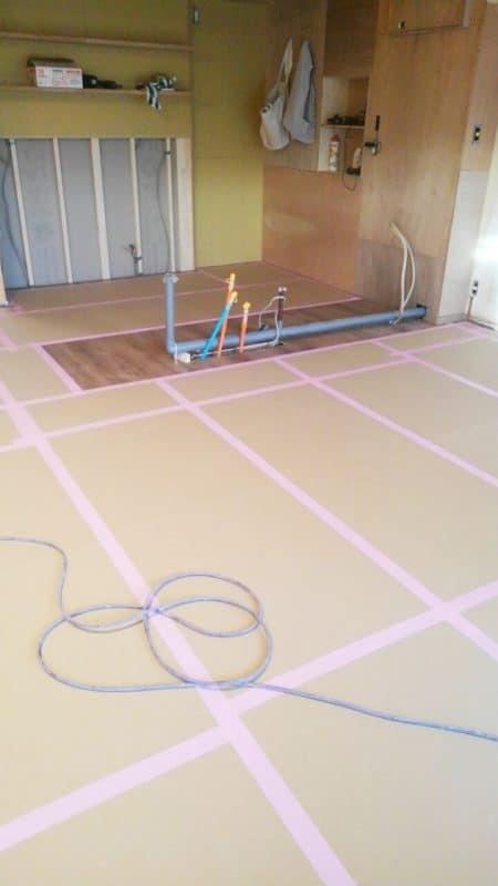 キッチン設置前の養生された床 ウェディングリノベーション