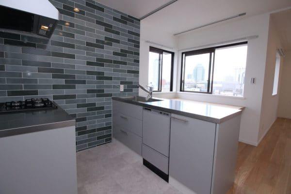 横浜の高台の景色を取り込んだ造作キッチン|ウェディングリノベーション