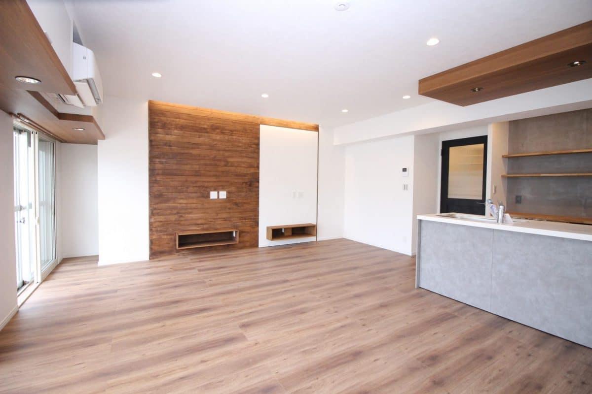 この角度から見ると、窓際の上部収納とエアコンの位置がすっきり収まっているのが分かりますね!ダウンライト部分は、木を使用しているのではなく、木目デザインのアクセントクロスです。 窓際奥の突き当りを右へ行くと、回転する壁の裏側「モルタル壁のフリースペース」へとウォークインできる「壁際に新しく造った壁」となっています。 壁裏収納はよくありますが、更に壁が回るというのは「新しく壁を造った」からこそできる、「コンセプトリノベーション」です。