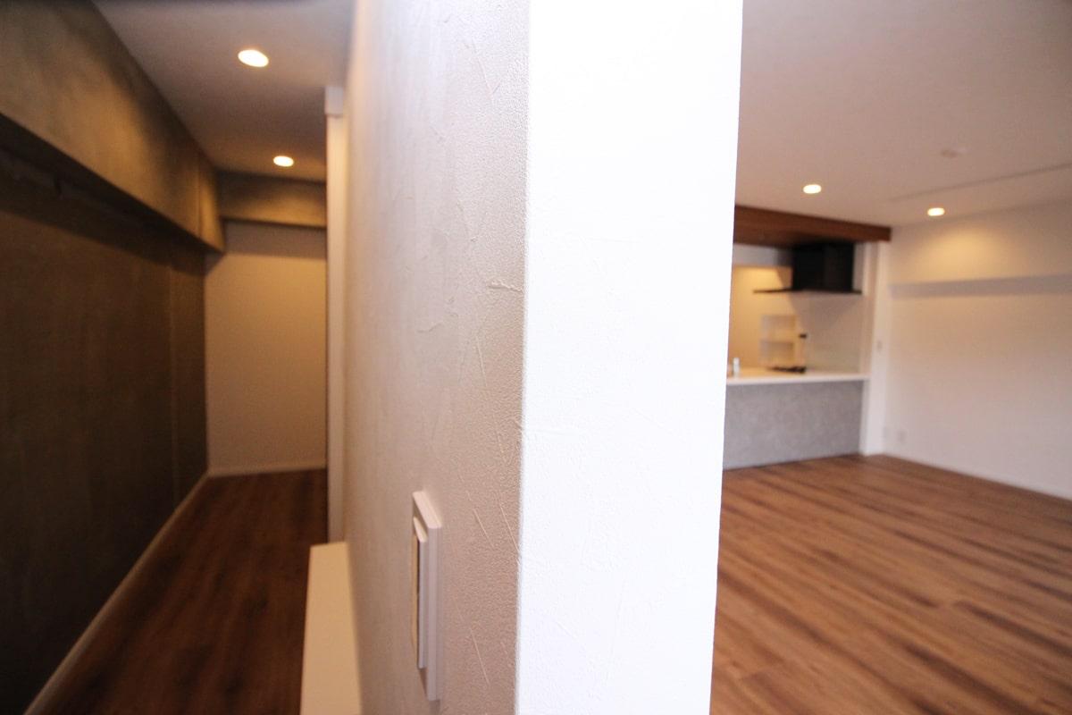 壁際に壁を造って大容量の壁裏主収納 ウェディングリノベーション
