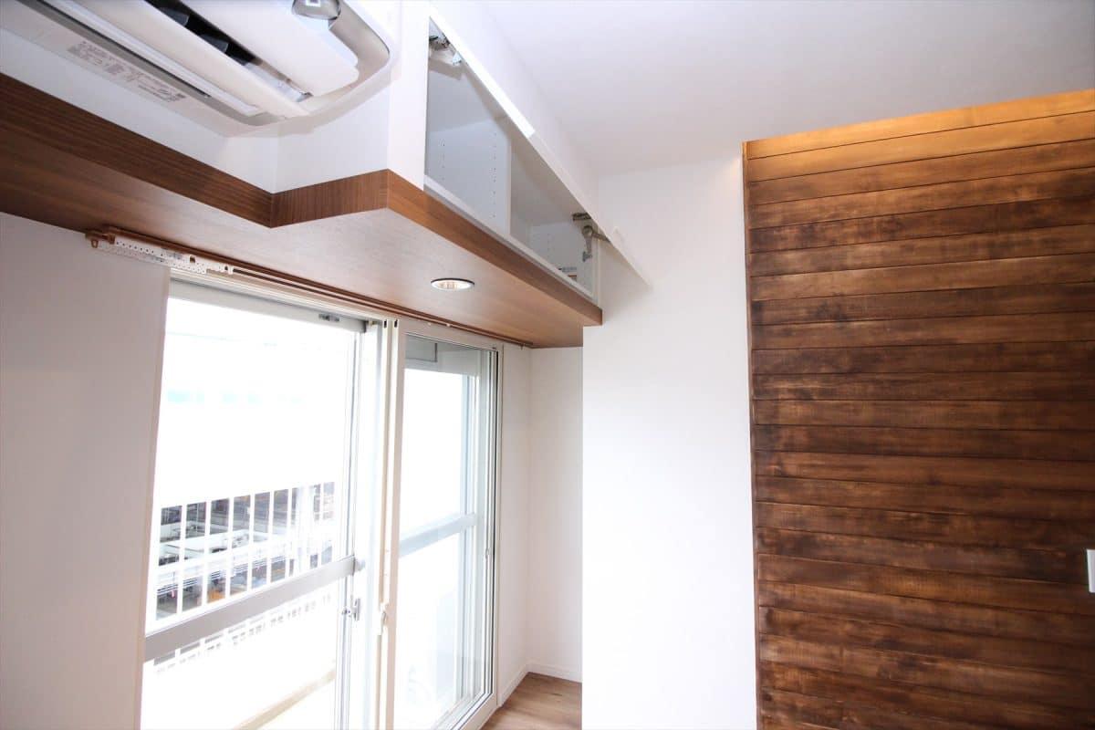 リビングの窓上に造った壁面収納|ウェディングリノベーション
