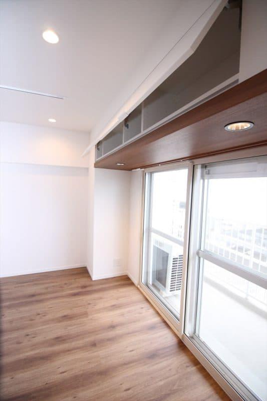 窓際一面に設置したリビング収納|ウェディングリノベーション