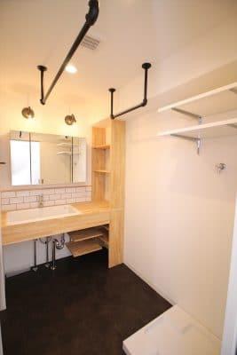 洗濯機横に天井吊り下げン部屋干しスペース|ウェディングリノベーション